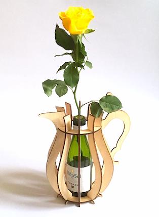 houten vaas h3 met roos en wijnflesje