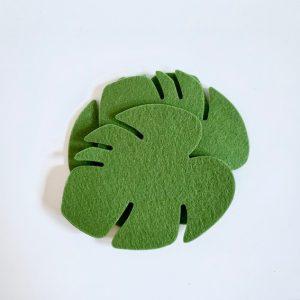 stapel van vier onderzetters plant handgemaakt uit groen vilt