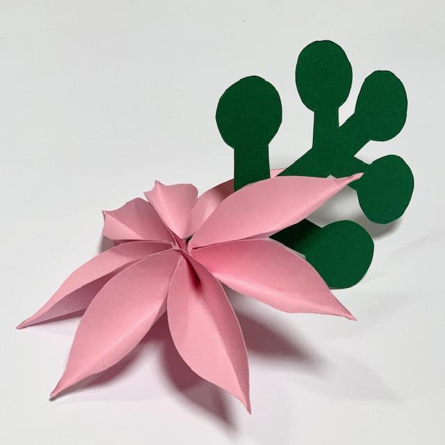 papieren bloem met blad: ook te gebruiken als tafelsetting naamkaartjes