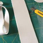 Snijd een lap klei die dient als de wand, gebruik een liniaal om netjes te snijden