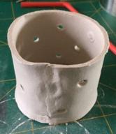 maak een cilinder van de strip klei met gaatjes